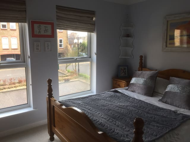 Private double room with  wifi - Epsom - Casa