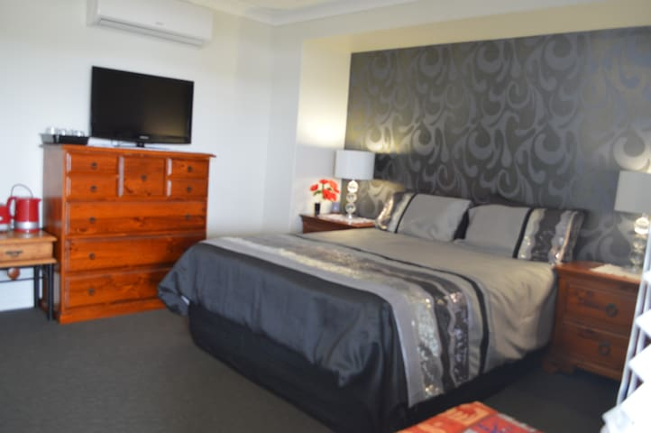 Private bedroom wih ensuite, most comfy Q bed, a/c - Lammermoor - Maison