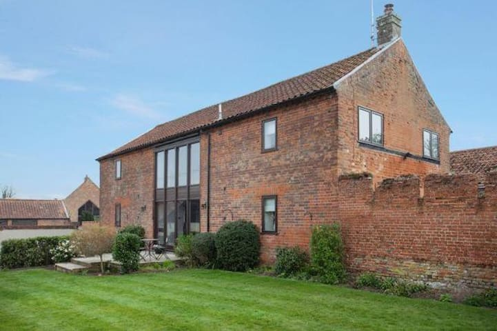 Tall Barn - modern conversion with walled gardens