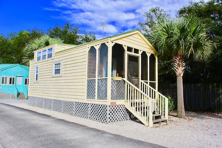 TINY HOME WATERFRONT SLEEPS 8/D152 Pet Friendly