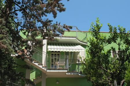 Casa verde con terrazza