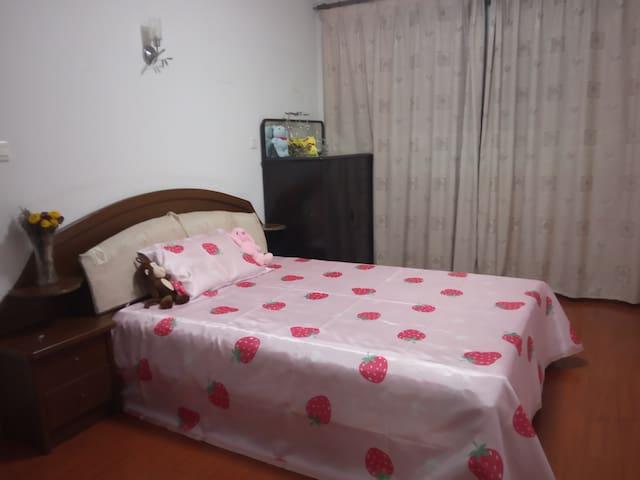 Near Disney Pudong Airport/ South-facing Bedroom