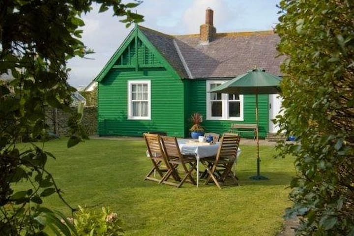 Sandham - Close to Bamburgh's sandy beach sleeps 6