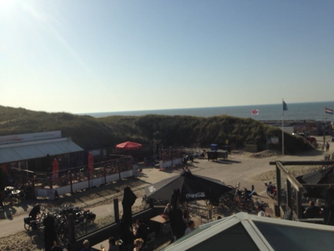 Uitzicht op de zee en het plein met terrasjes