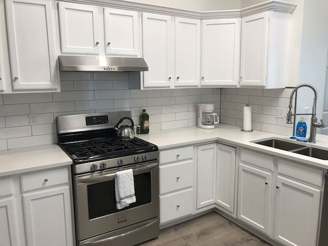 ♦Newly Renovated!♦Perfect Location!♦Parking Spot!