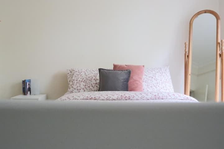 Clean and Spacious Balcony Room - 15m to Hyde Park