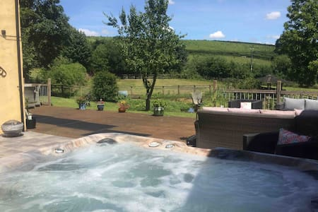 16th century Devon longhouse & your OWN HOT TUB!!!
