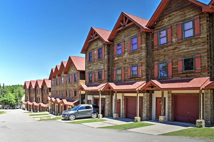 5BR Ski-In/Ski-Out Snowshoe Townhome w/Hot Tub