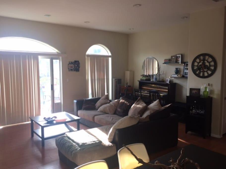 Living Room. Piano.