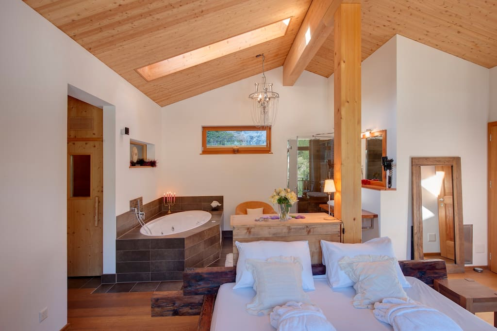 Masterbedroom with private sauna and an open bath-tub