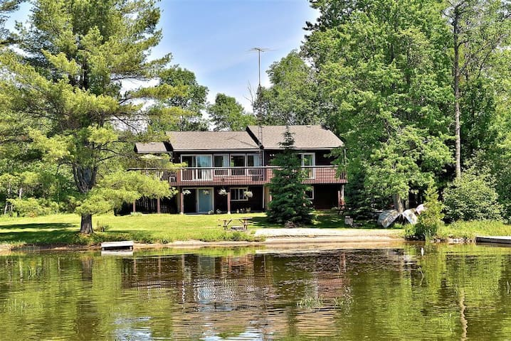 Haliburton ( 5 bedroom WATERFRONT COTTAGE