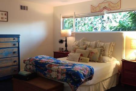 Private Room in cozy home, 10 mi to Disneyland - Tustin - Maison