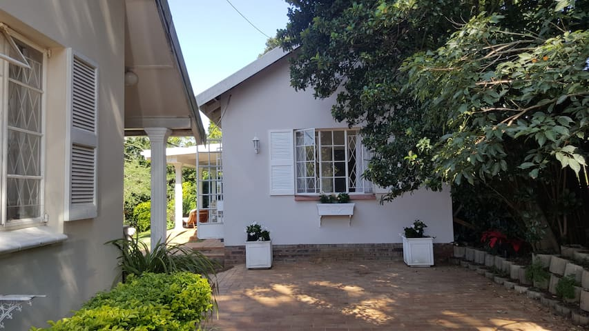 """The Acorn"" guest cottage, at OakLee Cottage - Pietermaritzburg - Hus"