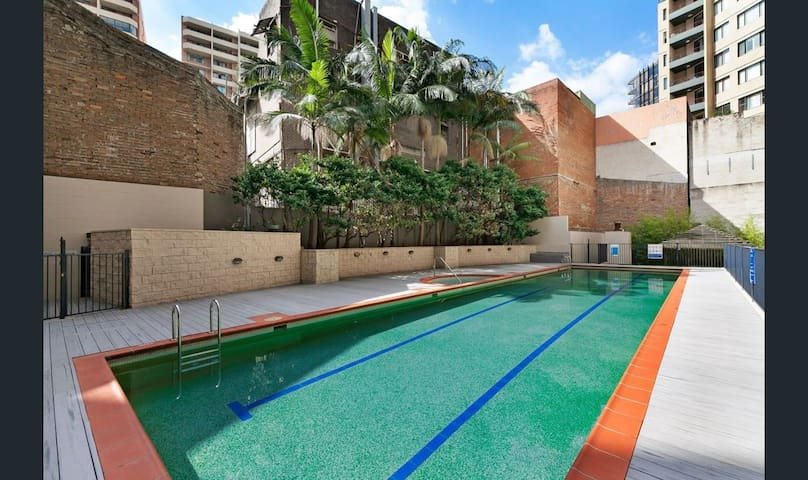 Amazing location - 1 BR flat w/ Gym Jacuzzi Pool