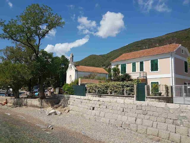 Lux aparmtnet in old mediterranean house Boka bay