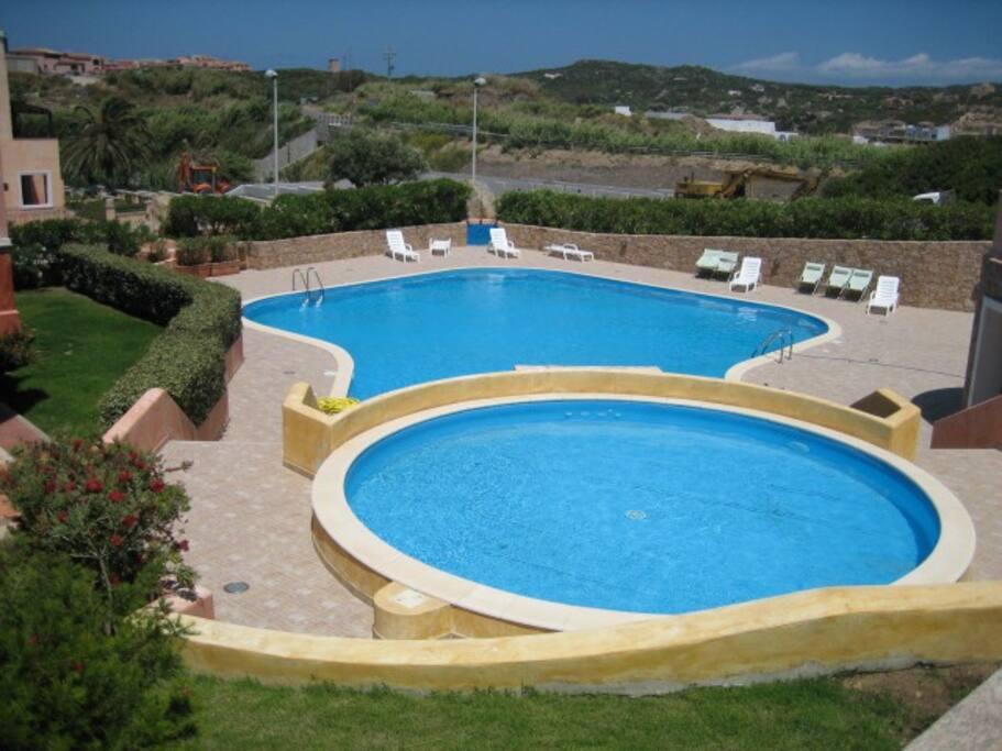 foto delle due piscine del residence (una per adulti e una per bambini)