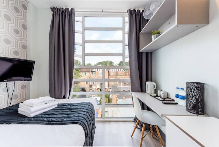 Comfy En-suite one minute from Acton Town station