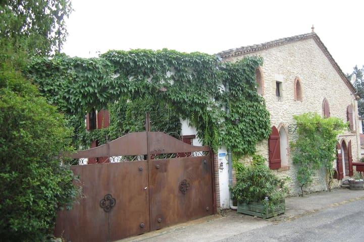 Grande Maison de campagne (grange rénovée) - Fossés-et-Baleyssac - บ้าน