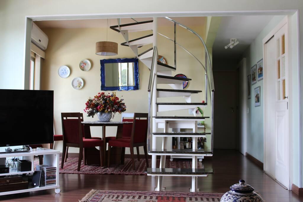 O mobiliário foi alterado e está bem mais simples