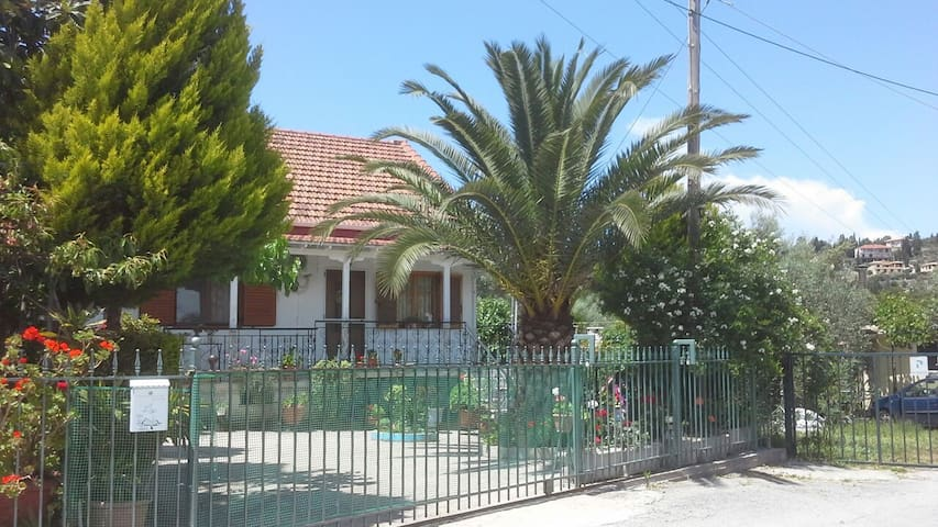Studio apartment 100 meters from the sea - Nikiana - Casa