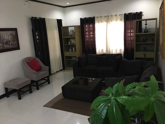 Newly renovated house in an exclusive village - Angeles - Talo