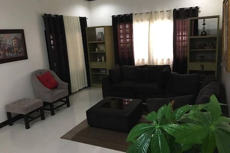 Newly renovated house in an exclusive village - Angeles - Hus