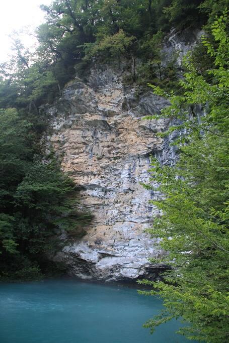 Водопады в горах по дороге на Риццу