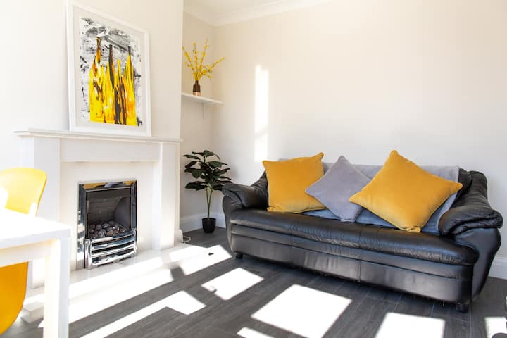 Bright and airy  house close to Williamson's Park