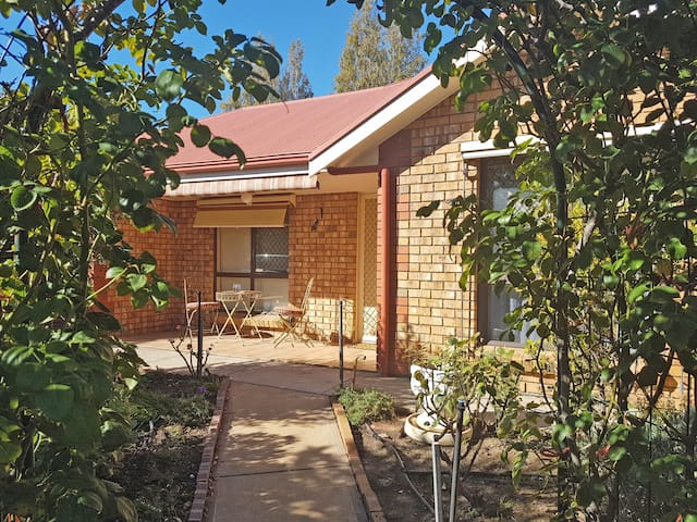 Leafy Magpie House is in the best location possible if you want to stay in the heart of Tanunda township! Everything is within walking distance including Tanunda's best restaurants... so convenient.