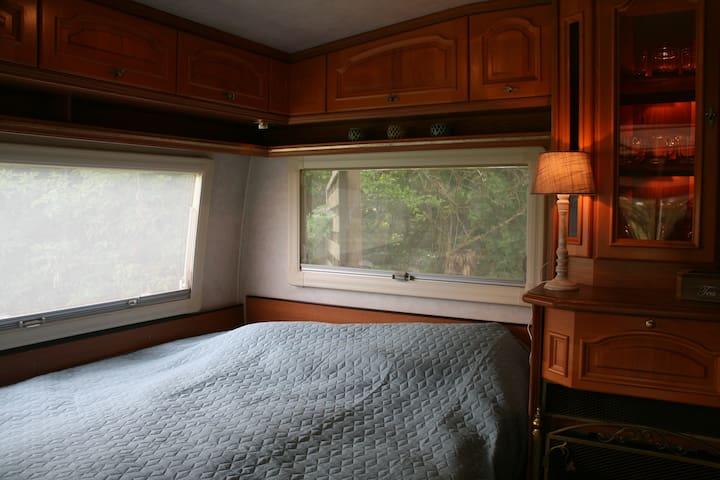 bed 2 staat in de voorkant van de caravan