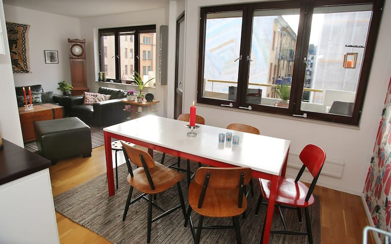 City apartement - minutes from the subway/busses.