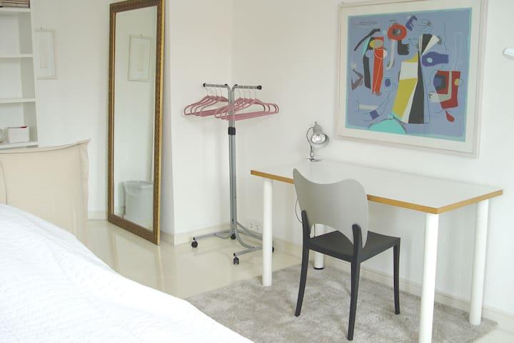 Schönes Zimmer 20 qm in Altbauwohnung