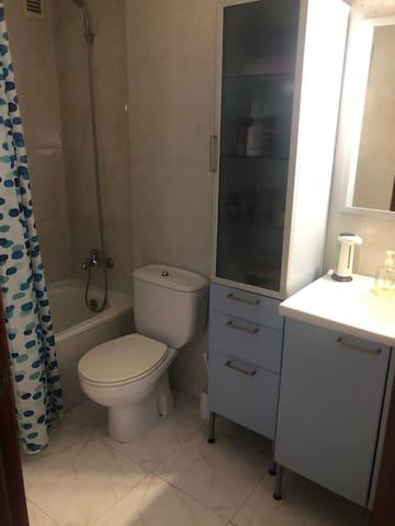 Baño completo con bañera grande, muy limpio y también tienes toallas disponibles