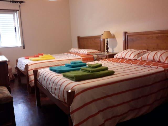 Quarto com duas camas de casal...