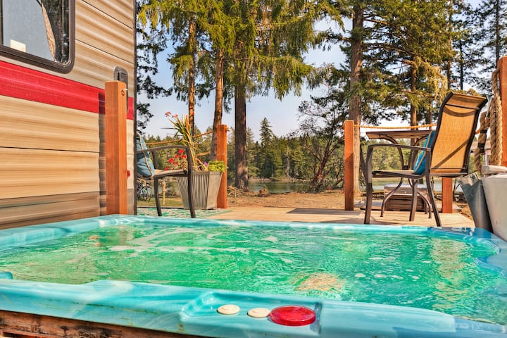 Waterfront Modern Glamping! Hot tub, kayak, SUP!