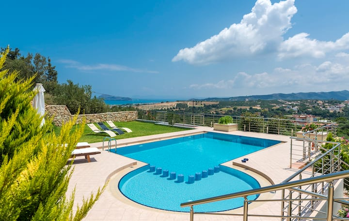 Villa with stunning views and Heated infinity pool