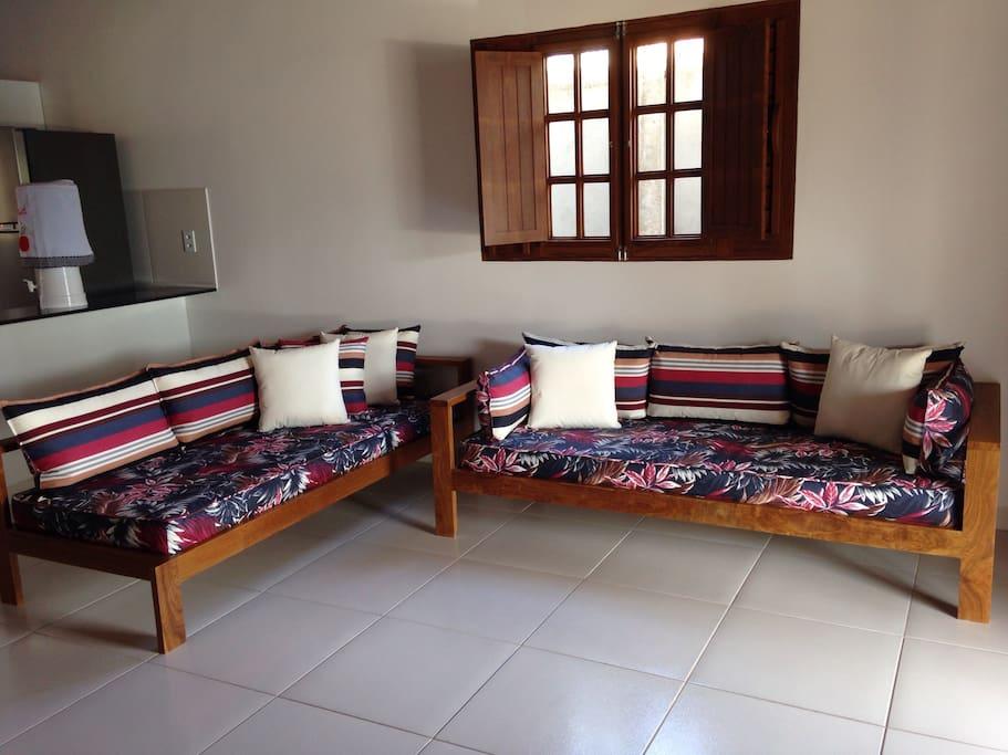 Sala ampla com dois sofás cama