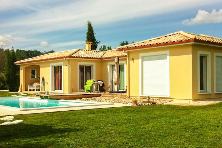 Modern holiday villa with large private swimming pool near the Dordogne river