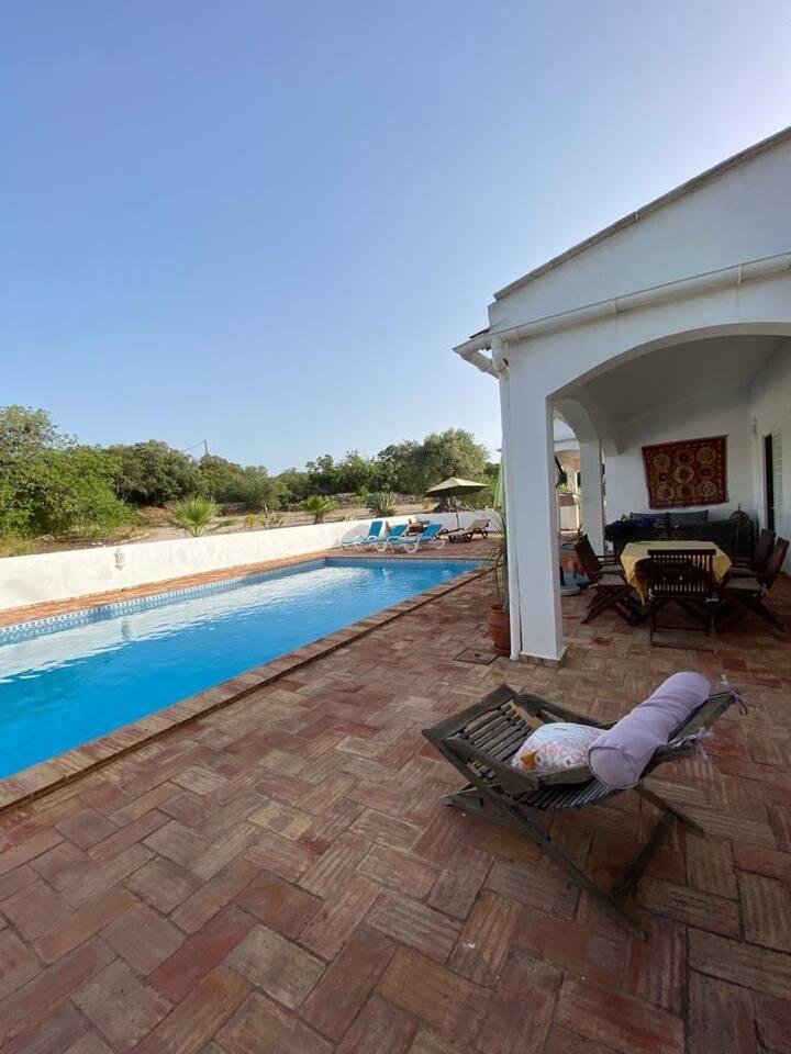 Vila rústica com piscina, em zona tranquila