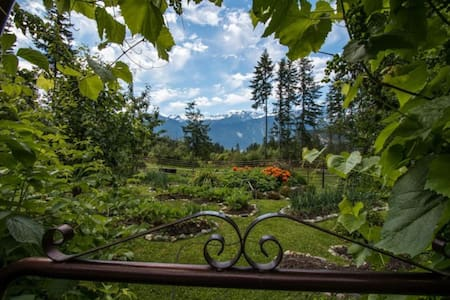 Sweetwater Lane Farm B&B - Double Room with Mountain Views (Shared Bathroom)