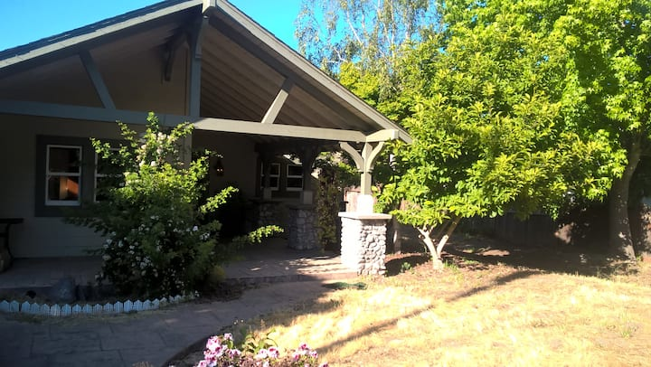 Twin Lakes Hideaway - walk to the beach or harbor