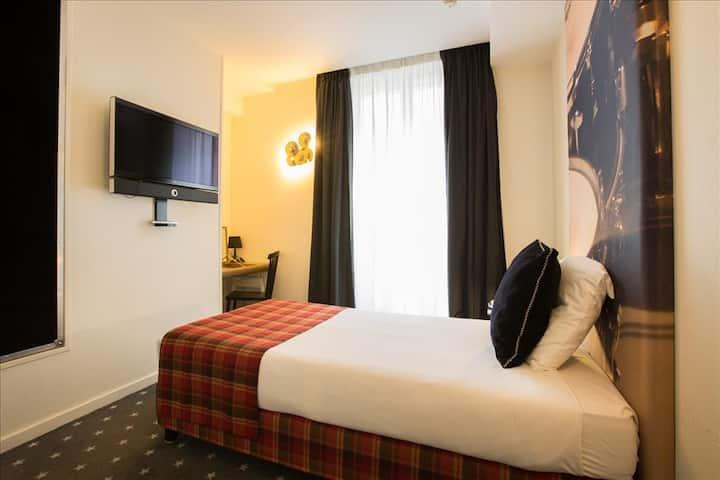 Charming Parisian room near the Olympia