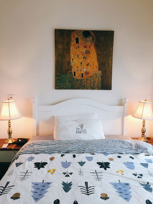 一号豪华大床房,含超大衣柜,台灯,书桌与洗手间Room no.1including queen size bed, large closet, desk lamps, table and bathroom.