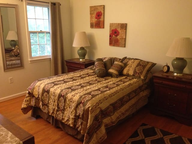 Affordable room close to airport - 赫恩登(Herndon) - 獨棟