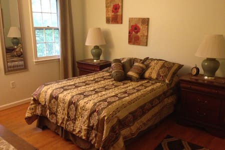 Affordable room close to airport - Herndon - Casa