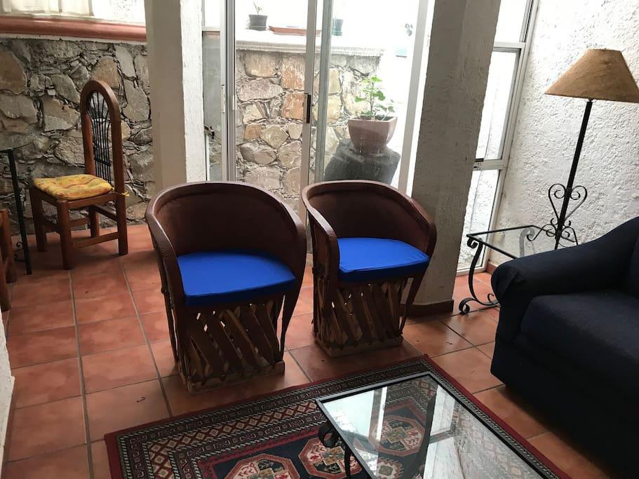 Area social con sillones y sofa