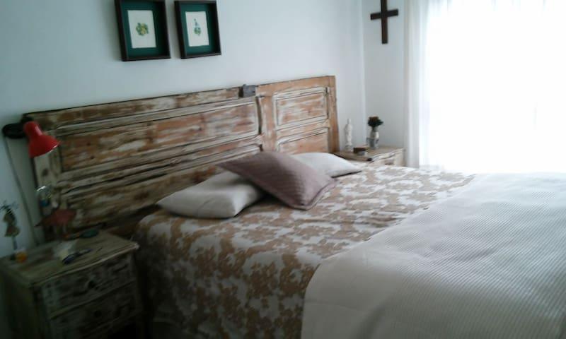 Hermosa, cómoda e iluminada habitación.