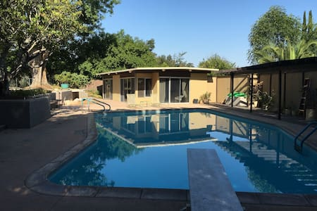 Mid-Century Poolside Casita - Redlands