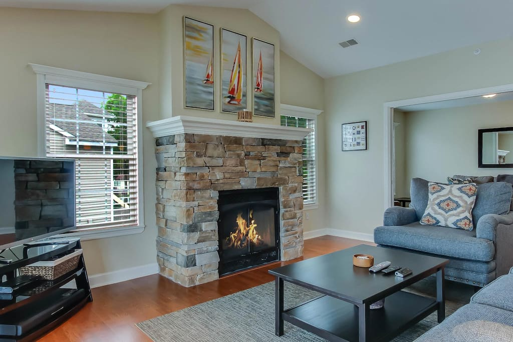 The warmly decorated open living space.