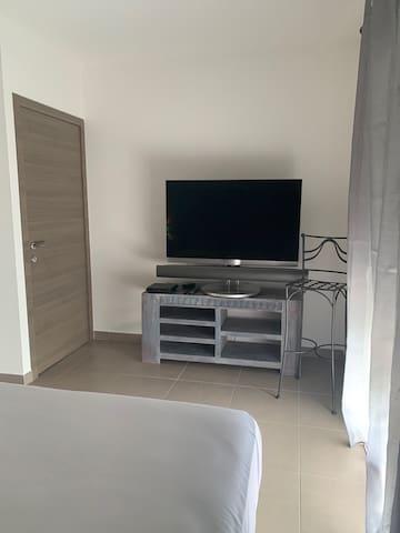 TV + services orange dans la chambre 1